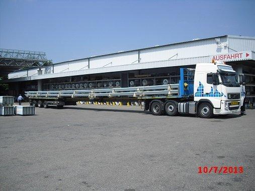 Trapezprofile mit einer Länge von 28,8 m werden verladen.